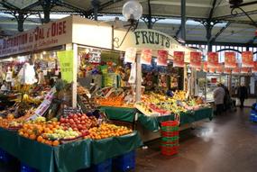 Intérieur du marché couvert de Saint Quentin à Paris - quartier gare de l'Est
