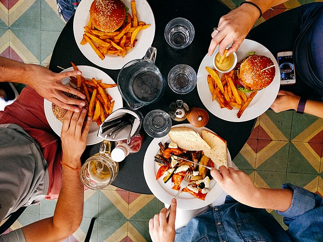 640px-Friends_eating_lunch_in_diner_(Unsplash)