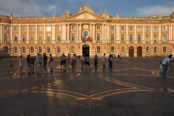 La_place_du_Capitole_à_Toulouse_avec_la_croix_occitane_en_son_centre
